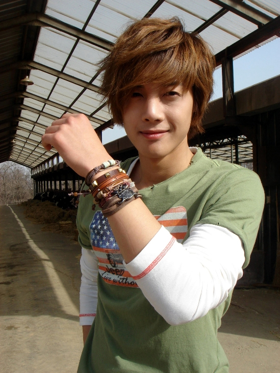 image from http://www.kpoplive.com/wp-content/uploads/2010/06/KIM-HYUN-JOONG-03.jpg