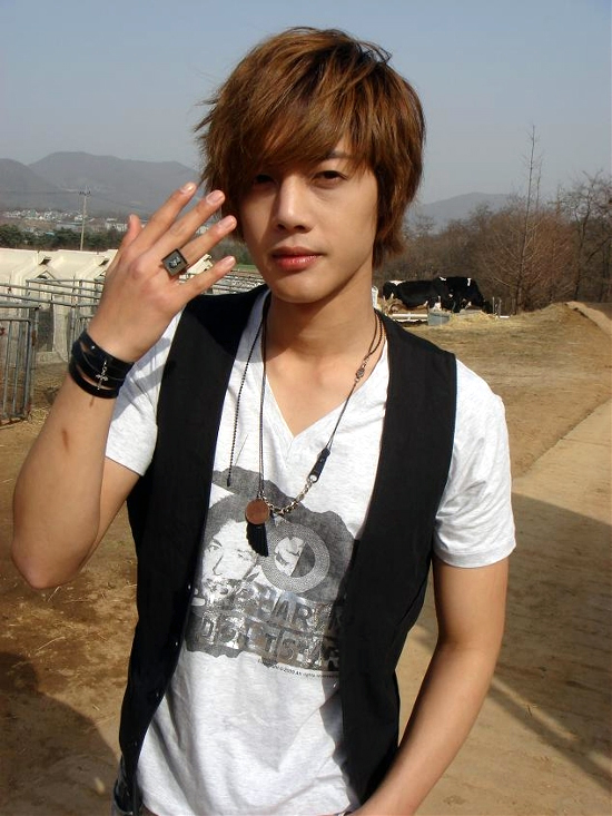 image from http://kpopmusic.net/wp-content/uploads/2010/05/kimhyunjoong051.jpg